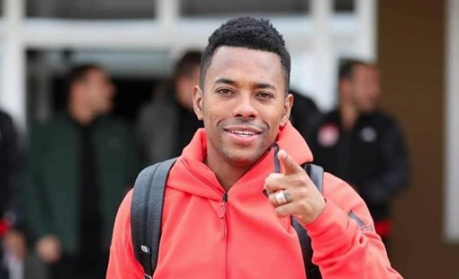Robinho Medipol Başakşehir'e transferini duyurdu