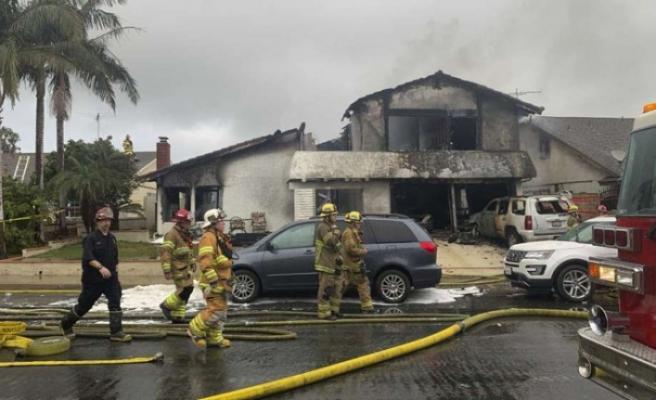 California'da uçak evin üzerine düştü: 5 ölü