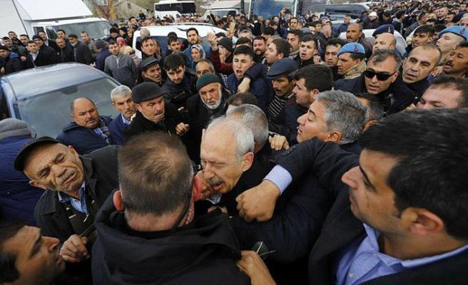 CHP lideri Kemal Kılıçdaroğlu'na şehit cenazesinde saldırı
