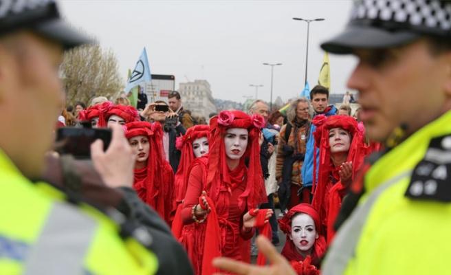 Londra'da çevrecilerin işgal eylemine polis engeli