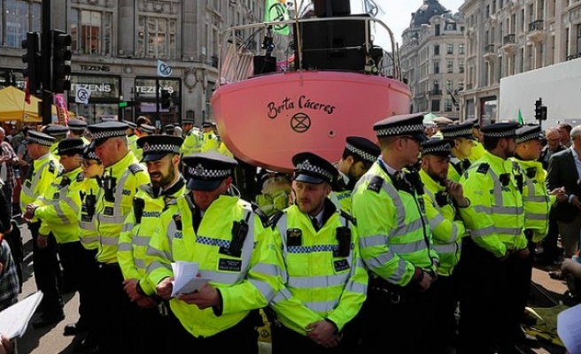Londra'daki çevreci eylemlerde gözaltı sayısı bini geçti