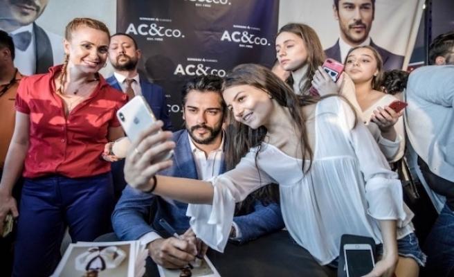 Burak Özçivit, Romanya'da hayranlarıyla buluştu
