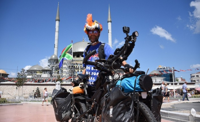 Londra'dan İstanbul'a farkındalığa pedal çevirdi