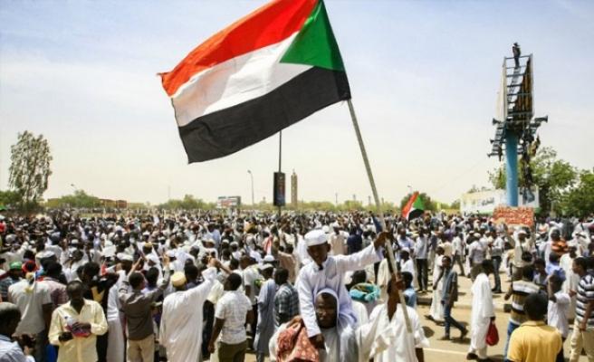 Sudan'daki Türk vatandaşlarına 'sokağa çıkmayın' çağrısı