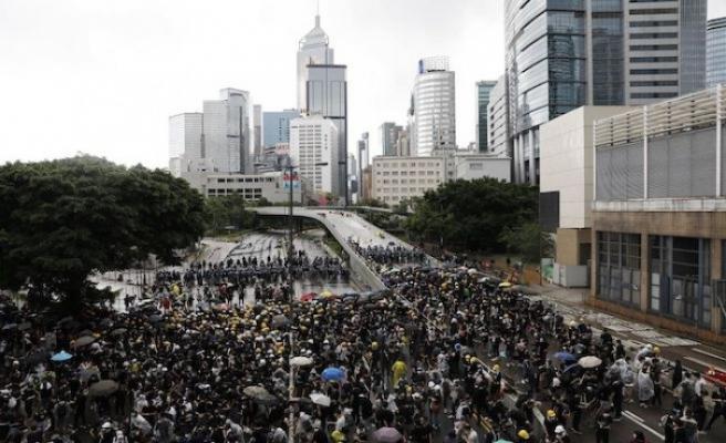 Hong Kong'da göstericiler parlamento binasına girdi
