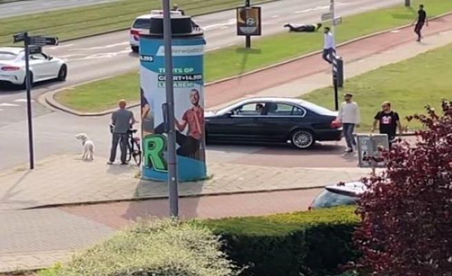 Hollanda'da düğün konvoyunda polis dövüldü