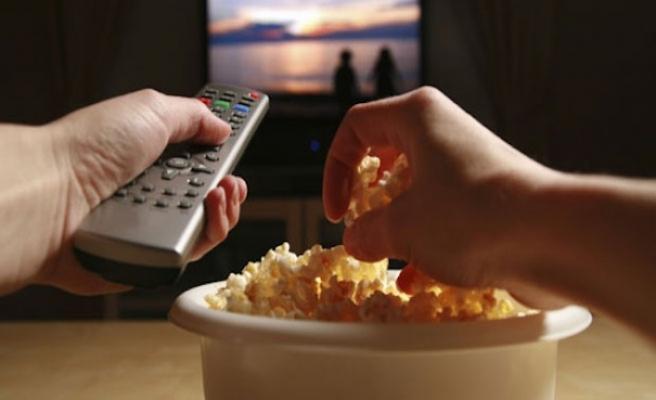 Ekran başında geçirilen zaman şeker ve kafein tüketimini artırıyor