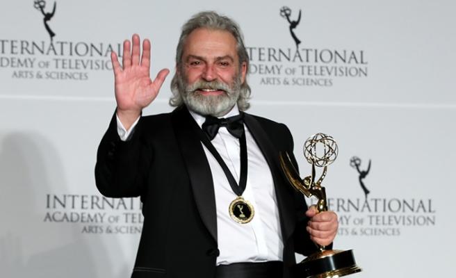 """Haluk Bilginer, Emmy Ödülleri'nde """"en iyi erkek oyuncu"""" seçildi"""