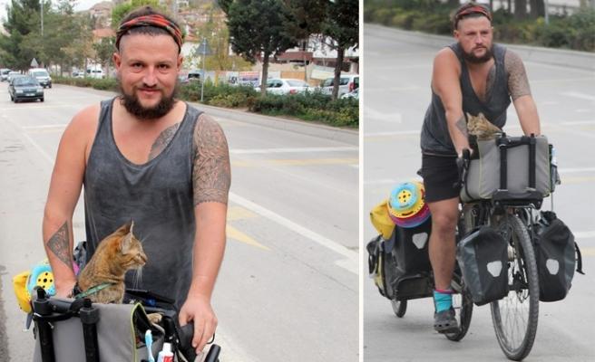 Kedisiyle birlikte İskoçya'dan Tayland'a bisikletle yolculuk