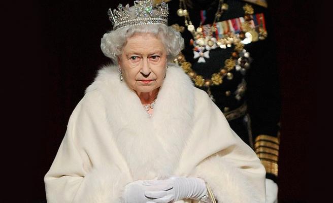 Kraliçe yeni kıyafetlerinde gerçek kürk kullanmayacak