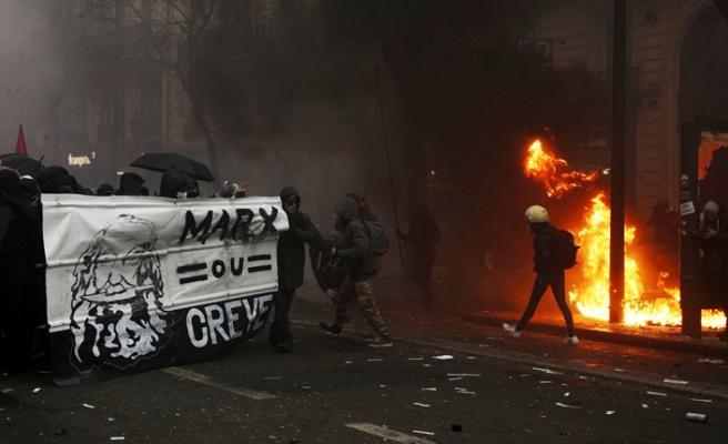 Fransa'daki emeklilik reformu protestoları şiddete dönüştü