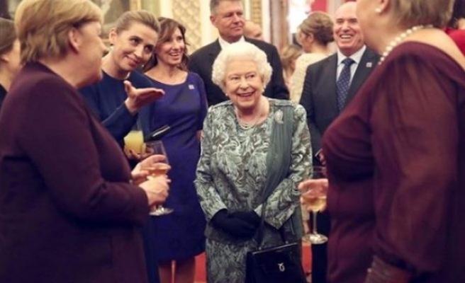 Kraliçe, Trump'ın karşısında surat astı