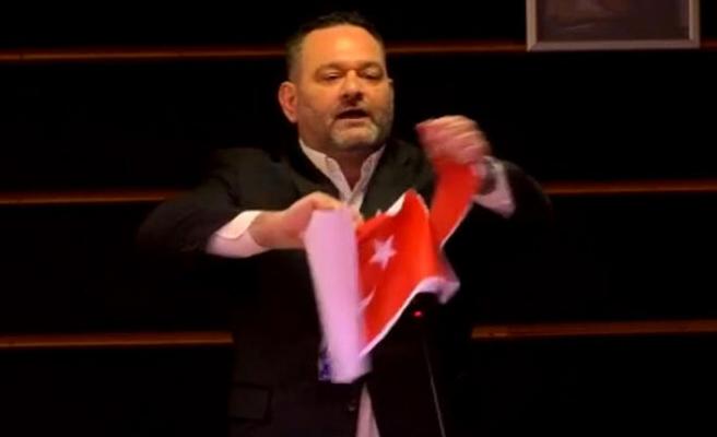 Provakatör Irkçı Yunan Miletvekili Türk Bayrağını Yırttı!