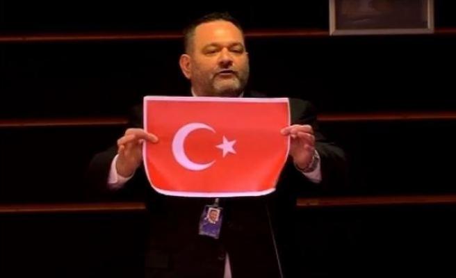 AP'den Türk bayrağını yırtan ırkçı Yunan vekile ceza