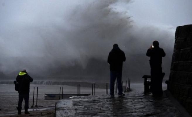 İngiltere'yi Ciara fırtınası vurdu!