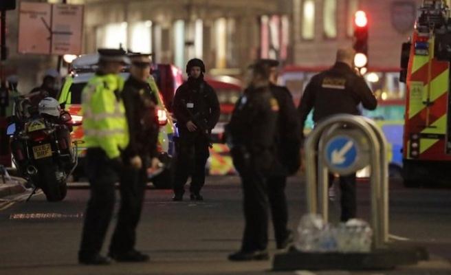 Londra'da terörle bağlantılı olduğu belirtilen olayda polis bir kişiyi vurdu