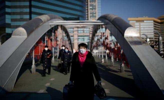 Wuhan'da polis kapı kapı gezip ateş ölçüyor