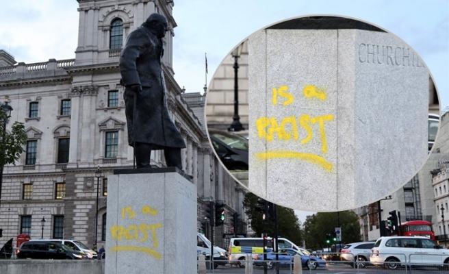 """Churchill'in Heykeline Yeniden """"Irkçı"""" Yazdılar"""