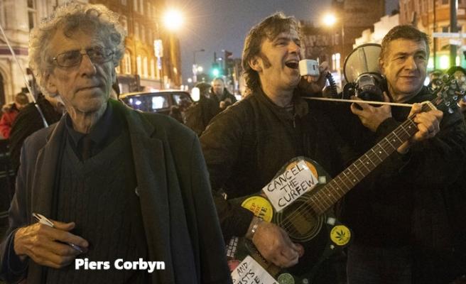 Londra'da Maske Karşıtı Gösteri