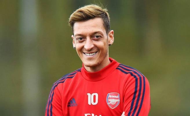 Mesut Özil, işten çıkarılan maskotunun maaşını karşılayacak