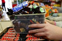 Mars, çikolata diye insanlara plastik yedirmiş!