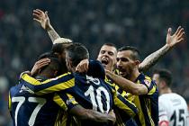 Fenerbahçe, çeyrek finale derbide uzandı