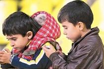 Akıllı cihazlar çocuklarda kamburluk nedeni