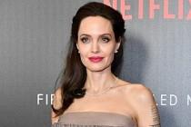 Angelina Jolie'nin yeni aşkı İngiliz şarkıcı Ed Skrein