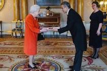 Büyükelçi Yalçın, Kraliçe'ye Güven Mektubunu Sundu