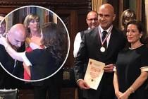 """Turhan Çömez'e İngiltere'de """"Yılın En Başarılı Doktoru"""" Ödülü Verildi"""