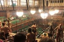 İngiliz Parlamentosunu çıplak protestocular bastı!