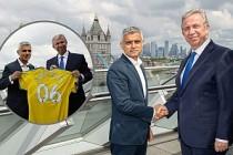 Mansur Yavaş, Londra Belediye Başkanı Sadıq Khan'a forma hediye etti
