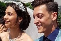 Mesut Özil, Amine Gülşe'yi evinden davul zurna eşliğinde aldı