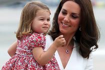 Prenses Charlotte, kalabalığa dil çıkardı