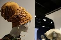 Erkek görevlinin önünde başörtüsünü çıkarmaya zorlanan kadına 120 bin dolar