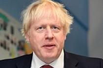 Futbolcunun şutu Boris Johnson'ın tam orasına çarptı