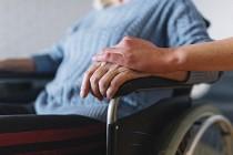İngiltere'de bakımevlerinde kalan yaşlılarla ilgili kaygılar artıyor