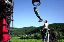 Melania Trump'ın Slovenya'daki heykeli ateşe verildi