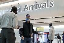 İngiltere, uçakla yolcularına ülkeye girişte test yapmaya hazırlanıyor