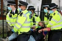 Londra'da Çevrecilere Maskeli Gözaltı