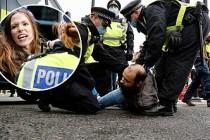 İngiltere'de Koronavirüs Önlemlerini Protesto Edenlere Polis Müdahalesi
