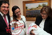 Bakan Şahin, Londra'da bebek sevdi