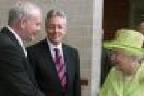 Kraliçe, IRA'nin siyasi lideriyle el sıkıştı