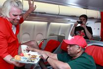Milyarder Richard Branson hosteslik yaptı