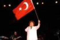 Selda Bağcan Londra'da bayrağın gölgesinde