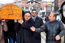 Türk gencini öldüren Alman polisine protesto