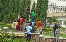 Gana'da ırkçılıkla suçlanan Gandhi'nin heykeli kaldırıldı