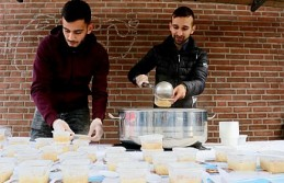 Hollanda'da Müslümanlardan pazar alanında aşure ikramı