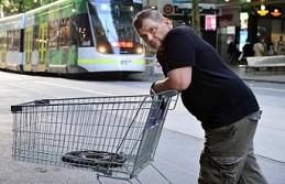 Bıçaklı saldırganı market arabasıyla engelleyen...