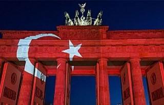 Tarihi Bandenburg Kapısı Türk bayrağı renklerine...